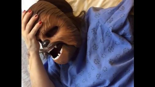 Americana inicia trabalho de parto usando máscara do Chewbacca