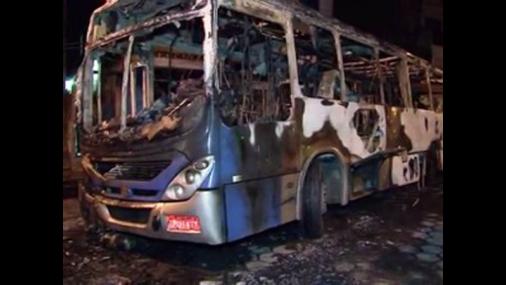 Criminosos incendeiam ônibus em São Vicente (SP) e deixam motorista ferido