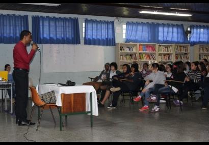 Semades promove palestra na Escola Lyria