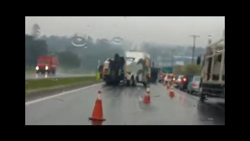 Caminhão tomba em rodovia Tietê/Piracicaba