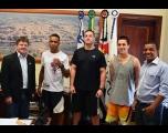 Equipe de Muay Thai visita Prefeitura