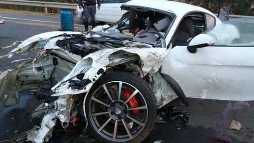 Acidente com carro de luxo mata dois jovens