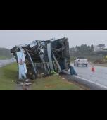 18 pessoas ficam feridas em acidente entre ônibus e caminhão